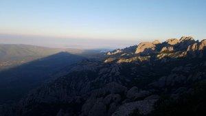 La salida del sol fresca des de las puntas más aéreas del macizo de Montserrat, en el centro de Cataluña