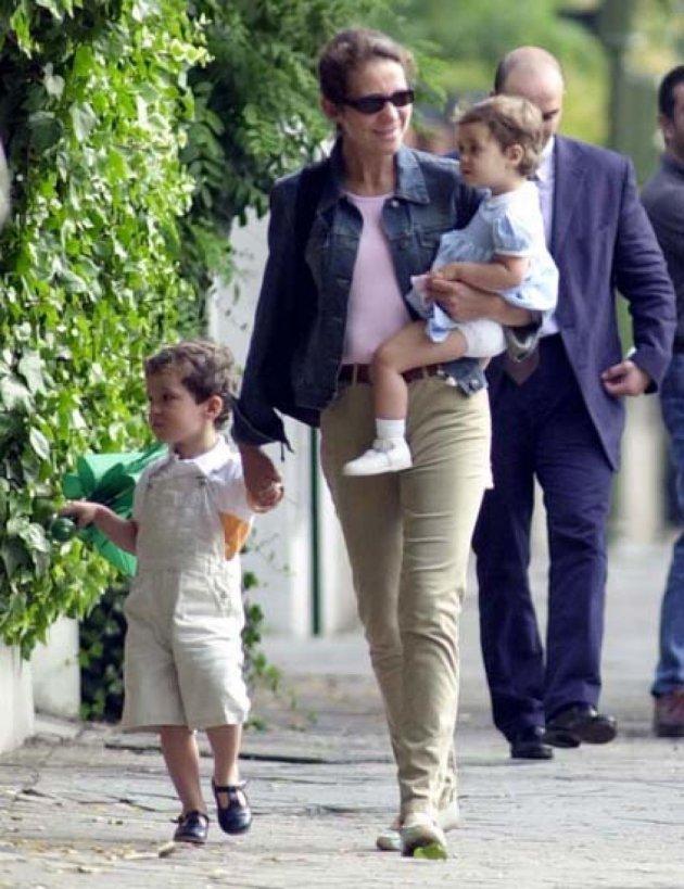 Victoria Federica en su primer día de guardería, junto a su madre la infanta Elena y su hermano Froilán