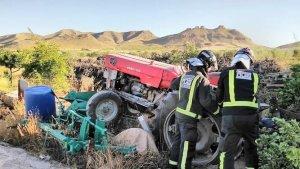 Imagen de archivo de un tractor accidentado