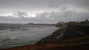 Imagen de la playa de Cádiz en pleno temporal