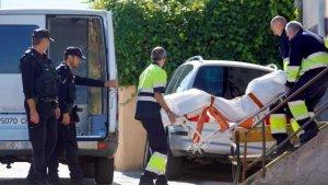 Imagen de los servicios de emergencia sacando el cuerpo de la casa