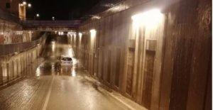 Imagen del vehículo atrapado en el túnel.