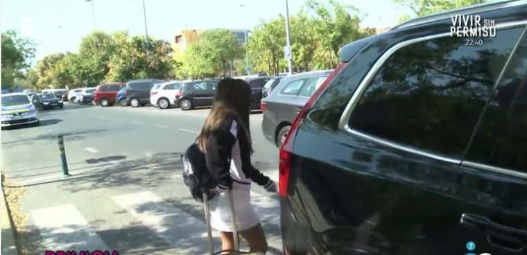 Imagen de Chabelita entrando al coche de su madre en Sevilla.