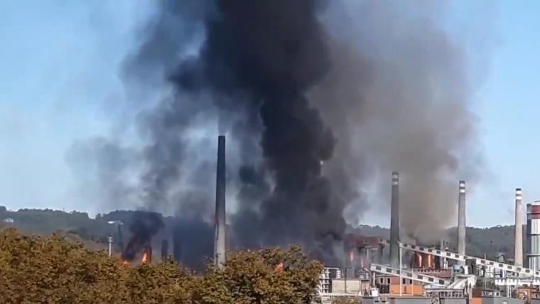 Imagen del incendio el la factoría de Arcelor-Mittal en Avilés