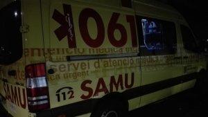 Ambulancia del SAMU 061 atendiendo un accidente en horario nocturno en Baleares.