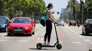 Imagen de archivo de una mujer con un patinete eléctrico.