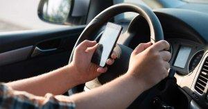 Imagen de una persona utilizando el móvil mientras conduce.