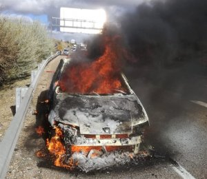 Imagen del coche incendiado en la A-62 a su paso por Valladolid
