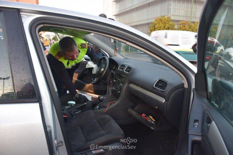 Los cuerpos de seguridad insepccionando el interior del vehículo en el que hallaron varias armas blancas