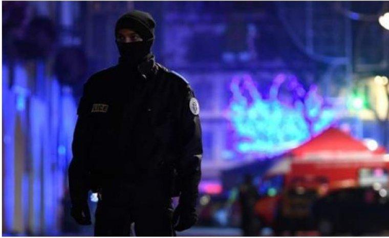 Un agente de seguridad monta guardia en las inmediaciones del mercadillo de Navidad de Estrasburgo tras el atentado