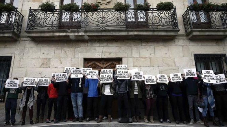 Imagen de algunas personas mostrando carteles en apoyo a los condenados