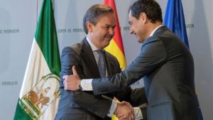 Imagen de Alberto García Valera junto a Juanma Moreno.