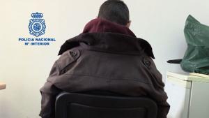 Imagen de espaldas del detenido Alberto Gómez por el asesinato de su madre en Madrid.