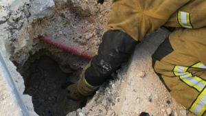 Imagen en la que se observa a los bomberos maniobrar con la fuga