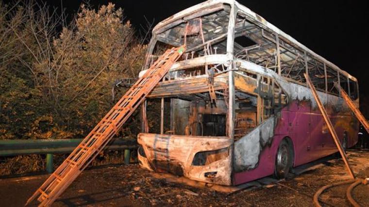 Así quedó el autobús turístico incendiado