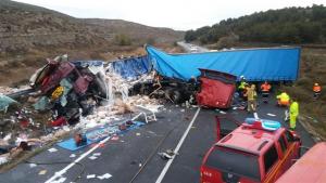 Dos muertos en una colisión frontal entre dos camiones en la N-II en Zaragoza