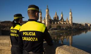 Imagen de dos agentes de la Policía Local de Zaragoza