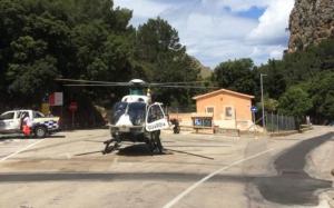 Imagen del helicóptero de la Guardia Civil que ha trasladado al menor.