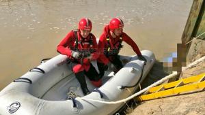 Dos bomberos en el rescate de un cuerpo sin vida en un canal de Sevilla