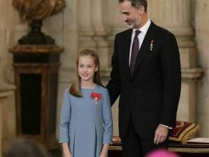 El rey Felipe y su hija Leonor en la imposición del Toisón de Oro