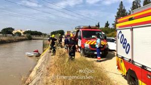Los equipos de Emergencias de Sevilla trabajando en la zona en la que ha sido hallado un cadáver