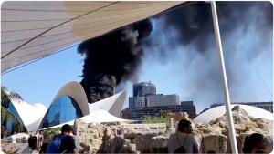 Desalojan el Oceanogràfic de Valencia al declararse un incendio que afecta una torre prefabricada
