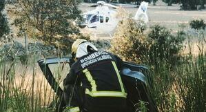 Imagen de un bombero trabajando en el accidente.