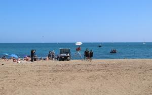 La playa de Sant Sebastià de Barcelona, acordonada y cerrada al público por la presencia de un artefacto explosivo en el agua