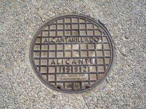 Tapa de alcantarilla de la ciudad de Alicante