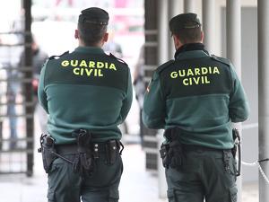 Dos agentes de la Guardia Civil a las puerta de el Juzgado de los Penal número 22 de Madrid