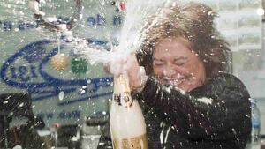 Mujer celebrando en el Sorteo Extraordinario de Navidad.
