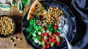 Plato con alimentos saludables.