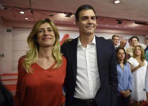 Begoña Gómez y Pedro Sánchez acudiendo a uno de los mítines del PSOE