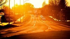 Imagen de una calle con mucho calor