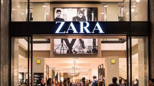 Una tienda de Zara con gente dentro