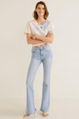 Modelo posando con un 'look' de Mango y jeans Flare acampanados