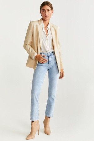 Modelo posando con un 'look' de Mango y jeans straight regular