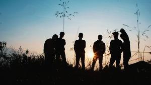 Un grupo de amigos mirando una puesta de sol