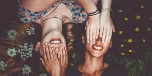 Dos chicas tapándose los ojos la una a la otra