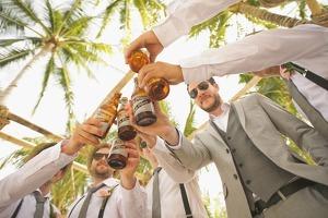 Un grupo de amigos tomándose unas cervezas