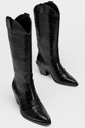 Botas cowboy grabado de color negro de Bershka