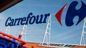 Rótulo en el exterior de el logo de Carrefour