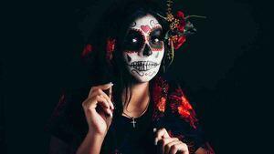 Mujer maquillada de catrina mexicana