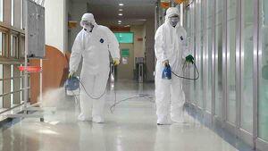 Personal sanitario desinfectando una residencia