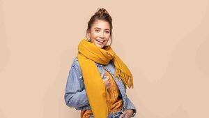 Chica sonriendo con una bufanda
