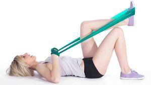Mujer haciendo ejercicio con una liga