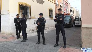 Policías acordonan la calle Valdivia del barrio almeriense de Pescadería-La Chanca donde se ha producido el tiroteo con resultado de un muerto. Almería a 4 de febrero del 2020