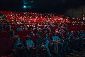 Imagen de gente sentada en las butacas de un cine