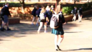 Imagen desenfocada de un colegio