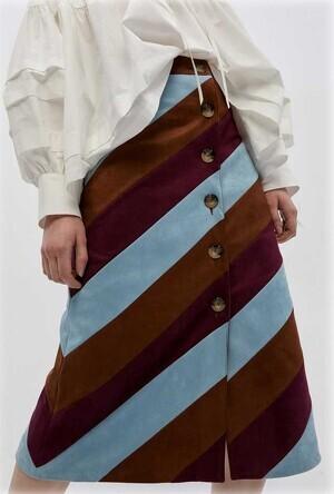 Falda de rayas oblicuas vendida por Sfera a 39,99 euros. Enero 2020